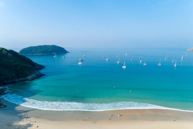 Luchtfoto drone shot van nai harn beach mooi strand in phuket thailand