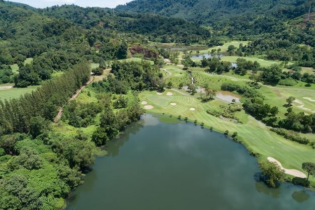 Luchtfoto drone shot van prachtige groene golfveld fairway en putting green top-down afbeelding voor sport achtergrond en reizen natuur achtergrond prachtig uitzicht op phuket thailand.