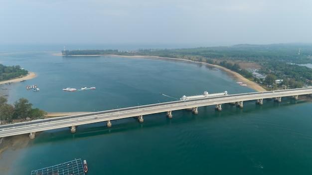 Luchtfoto drone shot van sarasin brug phuket thailand afbeelding vervoer achtergrond sarasin bridge verbindt provincie phang nga met phuket.