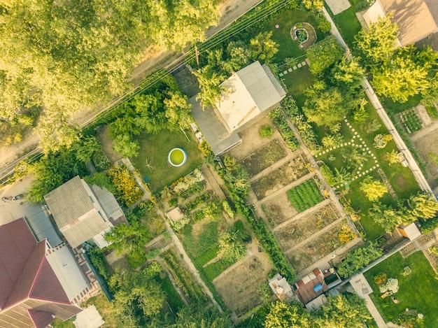 Luchtfoto drone shot van zomer platteland cottage met tuin.