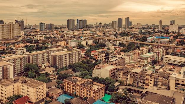 Luchtfoto drone - stad van bangkok thailand bij zonsondergang