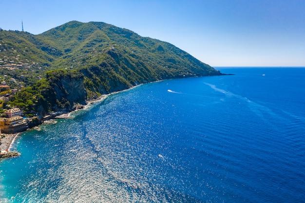 Luchtfoto drone uitzicht op de adriatische zee strand, camogli, ligurië.