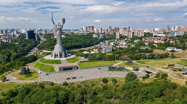 Luchtfoto drone uitzicht op de heuvels en parken van de stad kiev van bovenaf, kiev stadsgezicht en skyline in het voorjaar, oekraïne