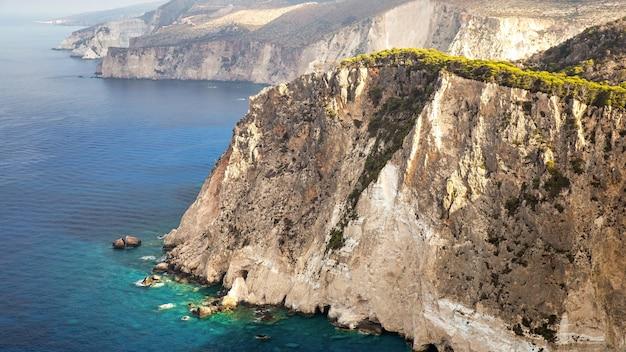 Luchtfoto drone uitzicht op de kust van de ionische zee van zakynthos, griekenland