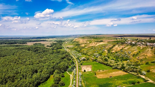 Luchtfoto drone uitzicht op de natuur in moldavië. bos, spoorlijn, dorp op lage heuvels