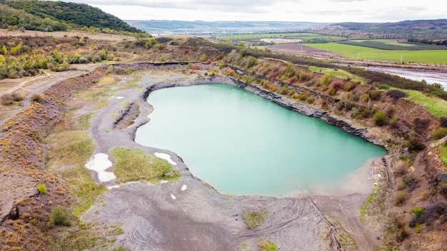 Luchtfoto drone uitzicht op de natuur in moldavië, meer met cyaan water