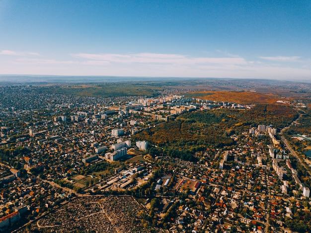 Luchtfoto drone uitzicht op de prachtige groene stad bij zonsondergang