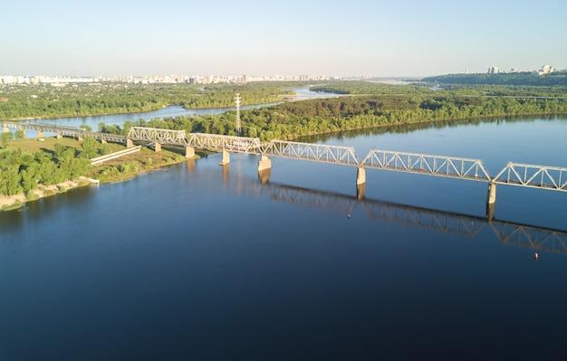 Luchtfoto drone uitzicht op de rivier de dnepr en rybalskiy eiland