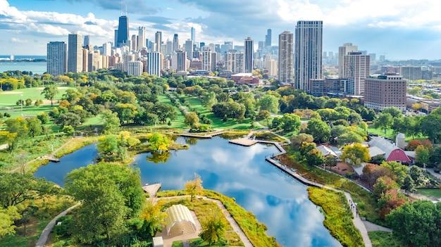 Luchtfoto drone uitzicht op de skyline van chicago, lake michigan en de stad chicago centrum stadsgezicht