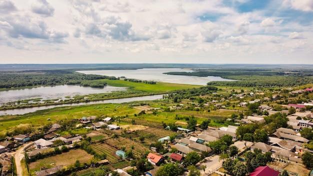 Luchtfoto drone uitzicht op een dorp in moldavië. woongebouwen, meren en bossen in de verte