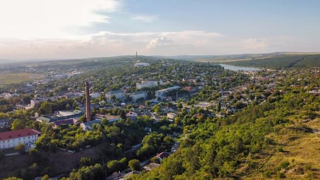 Luchtfoto drone uitzicht op een stad in moldavië oude woongebouwen lage heuvels rond groen