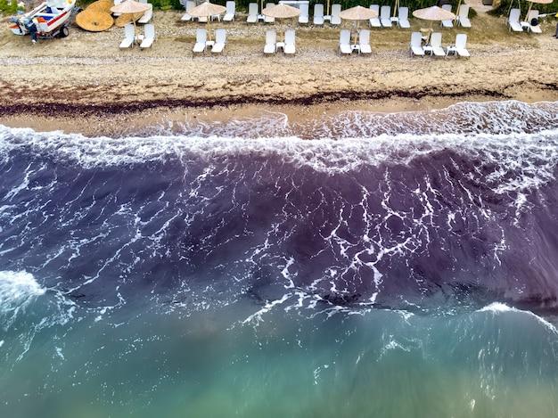 Luchtfoto drone uitzicht op fourka skala zee en strand in storm in chalkidiki, griekenland