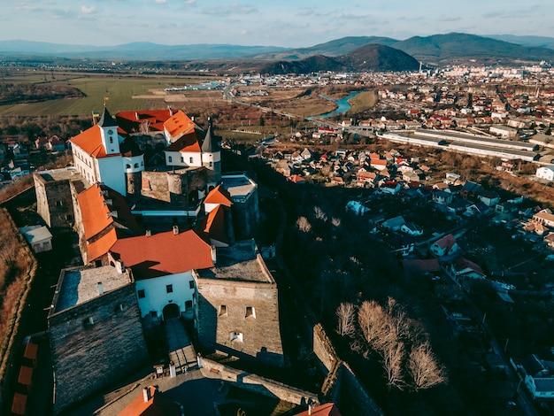 Luchtfoto drone uitzicht op het middeleeuwse kasteel palanok in de stad mukachevo in het westen van oekraïne