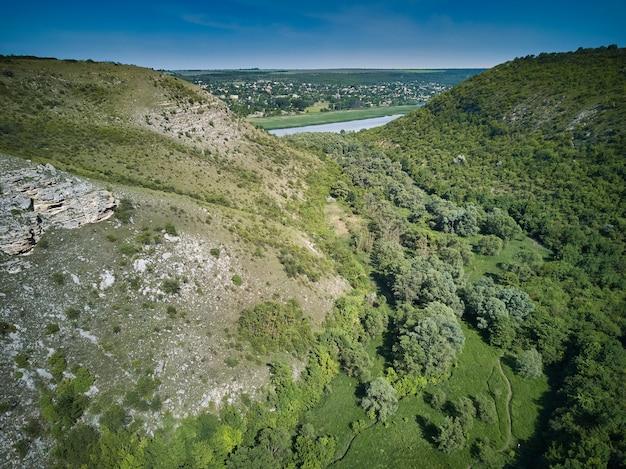 Luchtfoto drone uitzicht op kliffen en vlaktes in de buurt van dorp tsipova