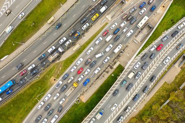 Luchtfoto drone uitzicht op snelweg met druk stadsverkeer in moderne stad. verkeersopstopping van bovenaf.