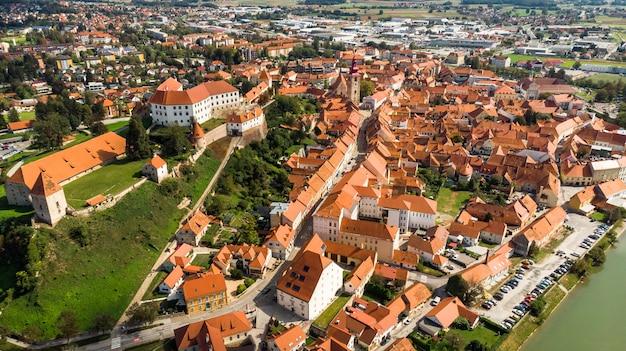 Luchtfoto drone uitzicht over ptuj grad in slovenië op zonnige dag