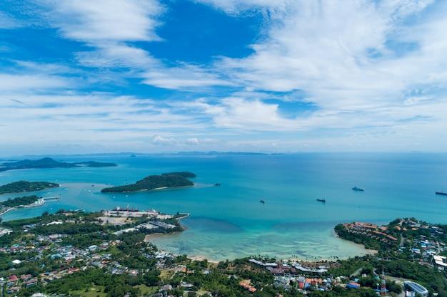 Luchtfoto drone vanuit vogelperspectief foto van tropische zee met prachtig eiland