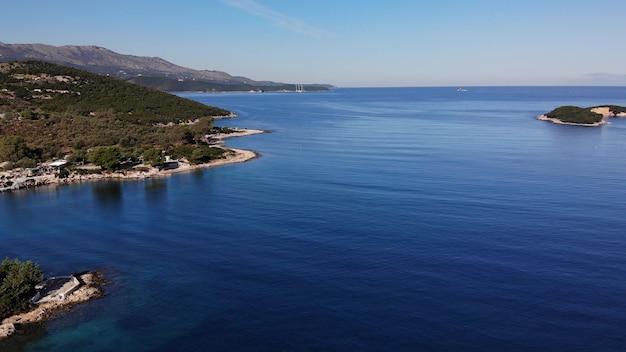 Luchtfoto drone vliegt over de zee