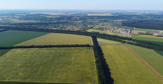 Luchtfoto drone vlucht over verschillende landbouwvelden gezaaid