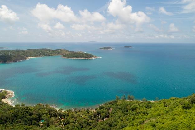 Luchtfoto drone vogelperspectieffoto van tropische overzees met mooi eiland