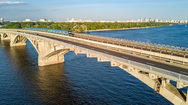Luchtfoto drone-weergave van de spoorbrug