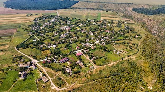 Luchtfoto drone-weergave van een dorp gelegen op de klif van een vallei in moldavië