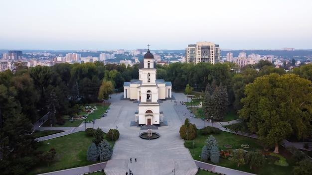 Luchtfoto drone weergave van het centrum van chisinau. panoramisch uitzicht op central park met groene bomen en meerdere lopende mensen, kathedraal, gebouwen