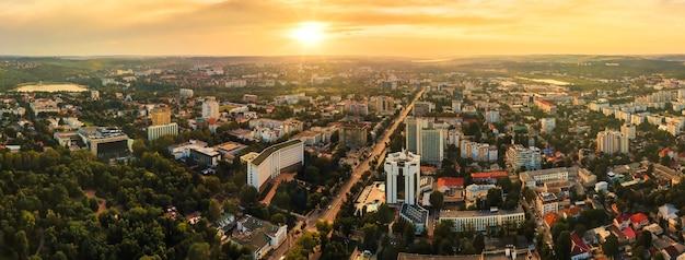 Luchtfoto drone-weergave van het centrum van chisinau panoramisch uitzicht op de wegen van meerdere gebouwen