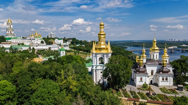 Luchtfoto drone weergave van kiev pechersk lavra kerken op heuvels van bovenaf, stadsgezicht van kiev stad, oekraïne