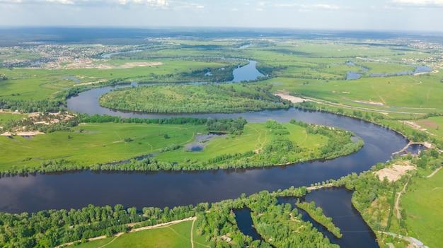 Luchtfoto drone weergave van kiev stadsgezicht, dnjepr en dniester rivier, groen eiland van bovenaf, kiev skyline van de stad en natuurparken in het voorjaar, oekraïne