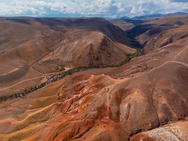 Luchtfoto drone weergave van kleurrijke geërodeerde landvorm van altaj-gebergte in populaire toeristische locatie genaamd mars, chagan-uzun, altaj republiek, rusland