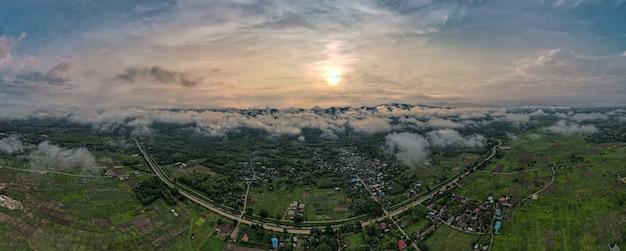 Luchtfoto drone weergave van lampang stad thailand, de mist van het regenseizoen in de ochtend, de vorm van banners voor het concept.