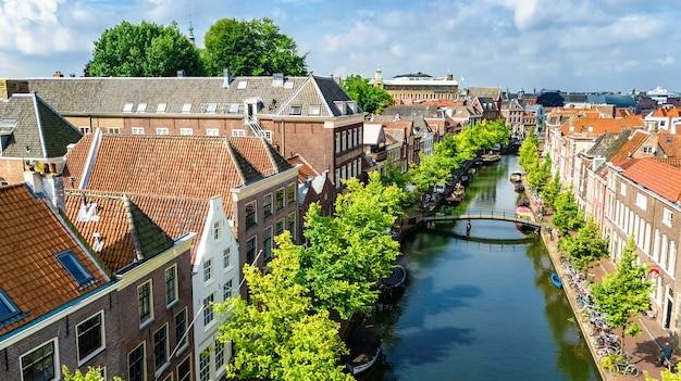 Luchtfoto drone weergave van leiden stadsgezicht stadsgezicht van bovenaf, typisch nederlandse stadshorizon met grachten en huizen, holland, nederland