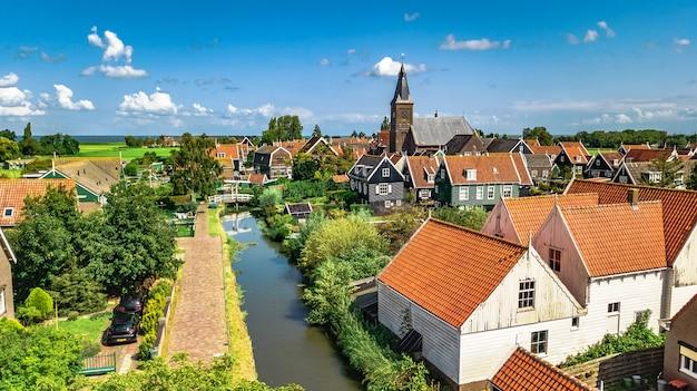 Luchtfoto drone weergave van marken eiland, traditionele vissersdorp van bovenaf, typisch nederlandse landschap, noord-holland, nederland