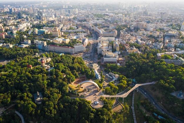 Luchtfoto drone weergave van nieuwe voetgangersbrug van bovenaf