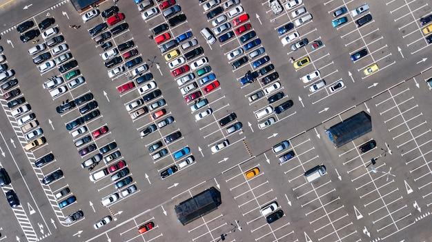 Luchtfoto drone weergave van parkeerplaats met veel auto's van bovenaf, stadsvervoer en stedelijk concept