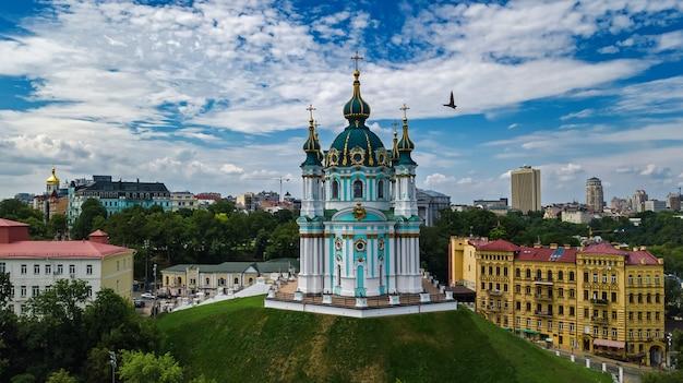 Luchtfoto drone weergave van saint andrew's kerk en andreevska straat van bovenaf, stadsgezicht van podol district, stad van kiev (kiev), oekraïne