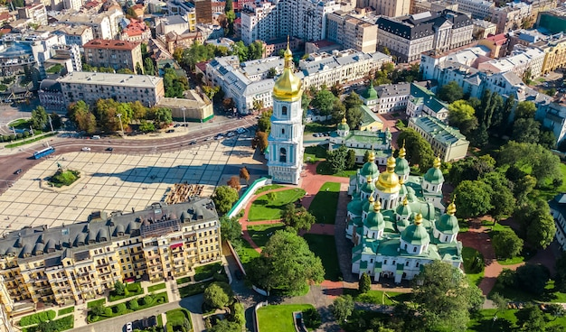Luchtfoto drone weergave van st sophia kathedraal en kiev skyline van de stad van bovenaf, kiev stadsgezicht, hoofdstad van oekraïne