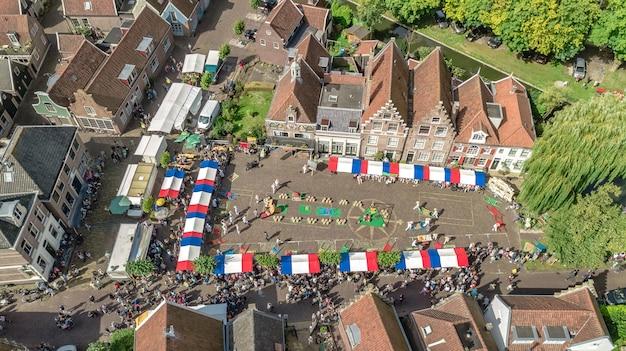 Luchtfoto drone weergave van traditionele kaasmarkt in edam van bovenaf, architectuur en kaasmarkt plein in typisch nederlandse stad, holland, nederland