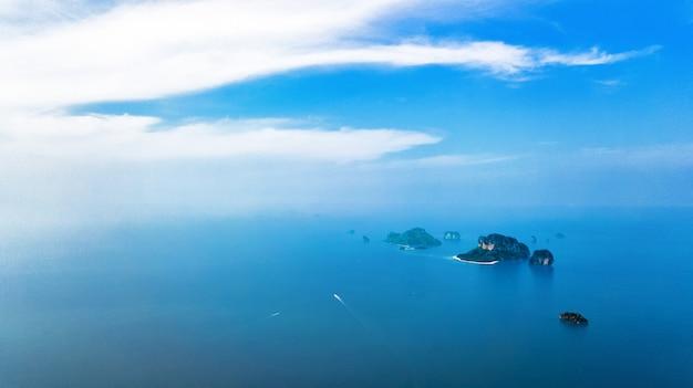 Luchtfoto drone-weergave van tropische eilanden, stranden en boten in helder blauw andaman zeewater van bovenaf, prachtige archipel eilanden krabi, thailand