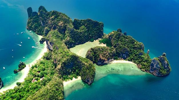 Luchtfoto drone weergave van tropische koh hong eiland in blauw helder andaman zeewater van bovenaf, prachtige archipel eilanden en stranden van krabi, thailand Premium Foto