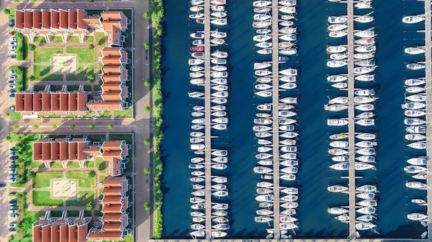 Luchtfoto drone weergave van typische moderne nederlandse huizen en jachthaven in de haven van boven, architectuur van de haven van volendam stad, noord-holland, nederland