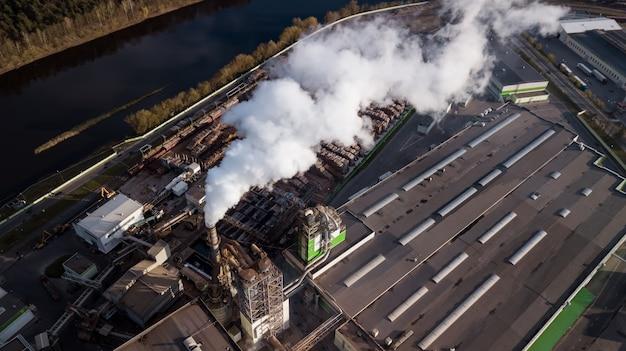 Luchtfoto-fabriek voor het bewerken van hout. de rook van de schoorstenen.