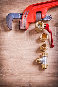 Luchtfoto georganiseerd copysoace monkey moersleutel en koperen pijpconnectoren op houten bord