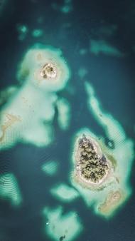Luchtfoto geschoten door een drone van de eibsee met eilanden en bomen aan de oever van het meer
