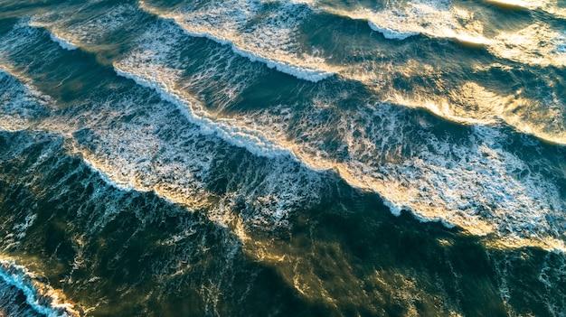 Luchtfoto golven op zand strand en golven van de zee op het mooie strand luchtfoto drone
