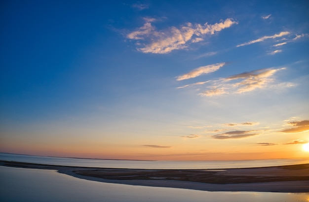 Luchtfoto golven op zandstrand. zee golven op het prachtige strand luchtfoto drone 4k shot.