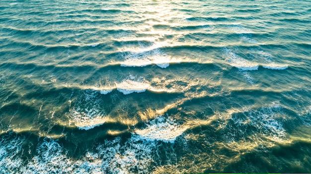 Luchtfoto golven op zandstrand. zeegolven op het prachtige strand vanuit de lucht.
