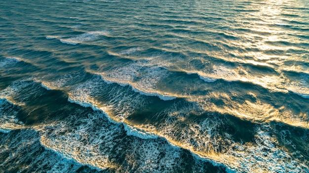 Luchtfoto golven op zandstrand