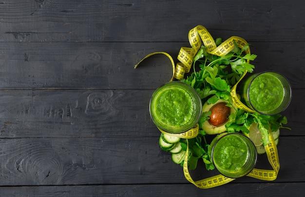 Luchtfoto groene detox smoothie met meetlint
